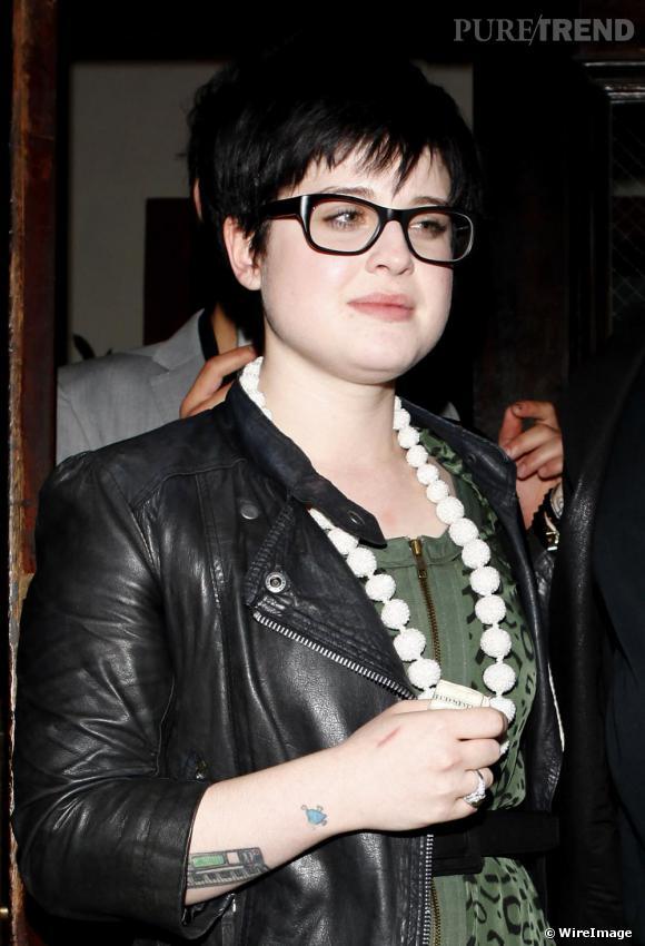 Kelly Osbourne est une adepte des looks de rockeuse qu'elle accessoirise toujours de détails féminins. Collier de perles et lunettes geek, elle est dans son élément.