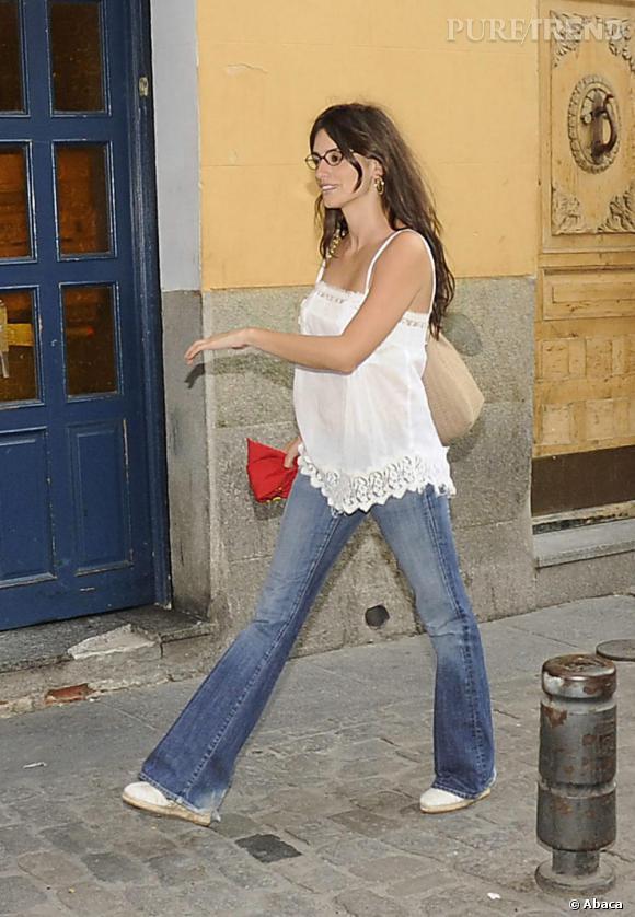 Même la bombe latine n'a plus peur d'afficher ses lunettes lorsqu'elle sort dans la rue, mais avec un look stylé et romantique.