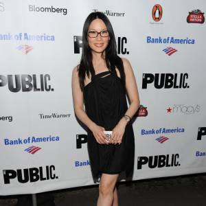 Lucy Liu adopte les lunettes sur red carpet et fait mouche.