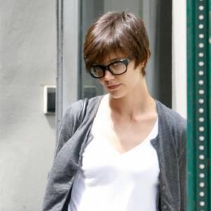 Katie Holmes troque ses lunettes ringardes de l'époque Dawson pour une paire oversized en harmonie avec son look boyish.