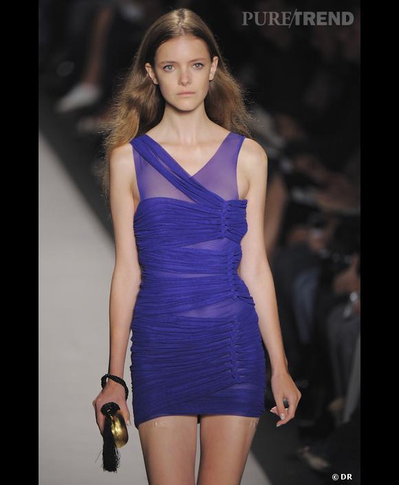 Défilé  BCBG Max Azria , Printemps-Eté 2010, New York Jeux de pliage et de drapés pour une robe sensuelle bleu outremer. Bleu à l'infini, indigo aux reflets violacés inspiré d'un ciel enflammé.