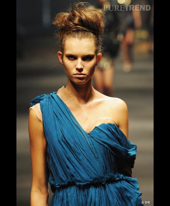 Défilé  Lanvin , Printemps-Eté 2010, Paris   Lanvin joue un bleu chaleureux,  bleu vert, bleu pétrole, Bysance,  entier et lumineux à la fois. Un bleu élégant pour les femmes au teint doré, au regard vif ou aux cheveux cuivrés. Impossible de bouder avec un tel bleu !