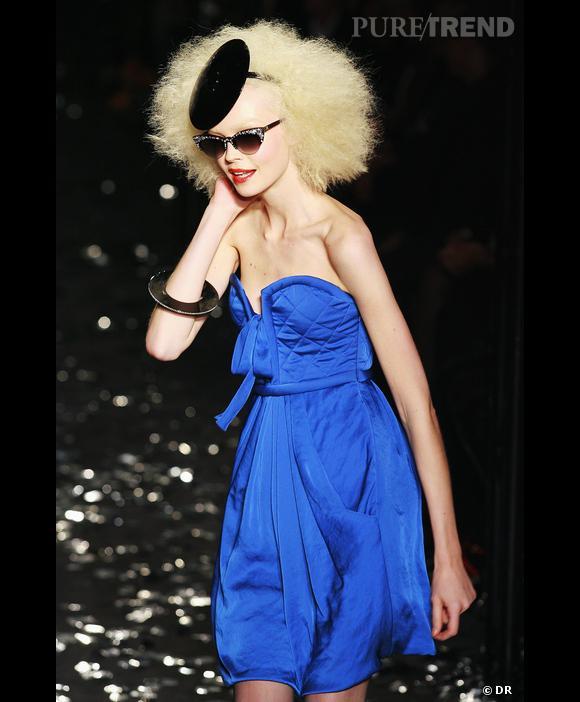 Défilé  Sonia Rykiel , Printemps-Eté 2010, Paris   Bleu dansant, lumineux et insolent pour Sonia Rykiel. L'arrondi et la souplesse de la robe, la rondeur du chapeau associée au volume de la coiffure accentuent la légèreté de la couleur et atténuent ses caractéristiques habituelles de froideur.
