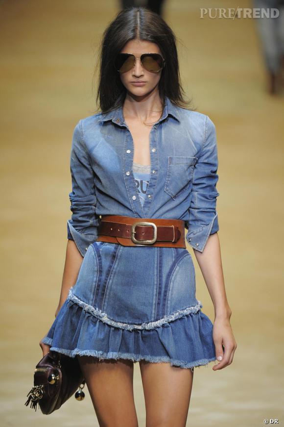Défilé D&G, Printemps-Eté 2010, Milan Le bleu jean, couleur de décontraction,  traité avec glamour, travaillé dans un style hyper féminin, enrichi de fantaisies pétillantes : volants, formes circulaires ou losange, bordures travaillées etc.