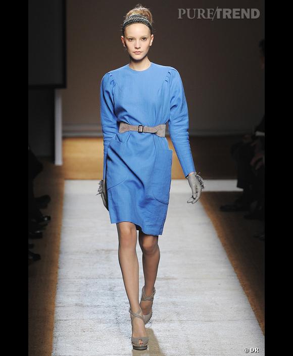 Défilé  Yves Saint Laurent , Printemps-Eté 2010, Paris   Bleu porcelaine, bleu limpide et affirmé pour Yves Saint Laurent. Image stricte et bien rangée du bleu à l'image de cette robe à la ligne graphique et droite sans austérité.