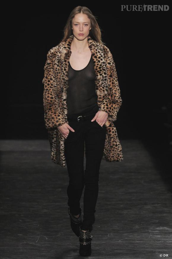 """Où ça :  Chez  Isabel Marant     Pourquoi on le veut :  Parce que c'est """"ze"""" manteau léopard de la saison. Tout est parfait chez lui, sa coupe, sa matière...un peu moins son prix. Porter du léopard, sans faire madame, un pari  que la créatrice a audacieusement réussi.    Prix  : sur demande"""