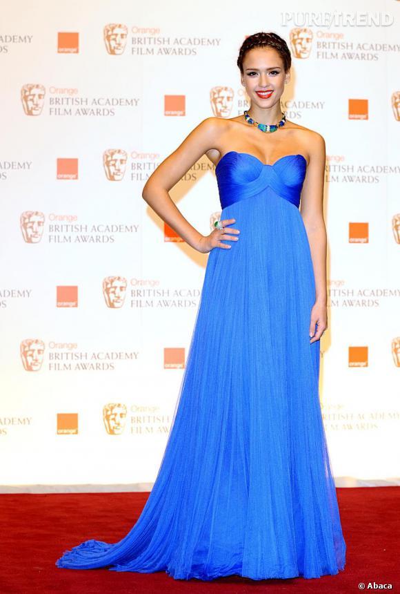 Jessica Alba, adulatrice des robes bustiers tourne son dévolu pour une création Versace bleue électrique.