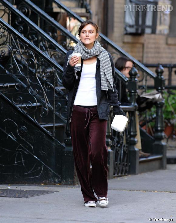 L'Anglaise Keira Knightley a su s'adapter au look sportswear New-Yorkais et n'hésite pas à enfiler un pantalon en peau de pêche bordeaux pour déambuler dans les rues de la grosse pomme. Un look sportswear poussé à l'extrême mais assorti avec goût qui met en évidence le sens du style de l'actrice.