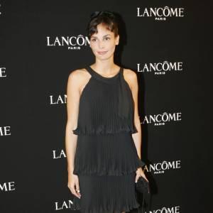 En petite robe noire et coiffée d'un joli chigon haut placé, Ines ressemble furieusement à Audrey Hepburn