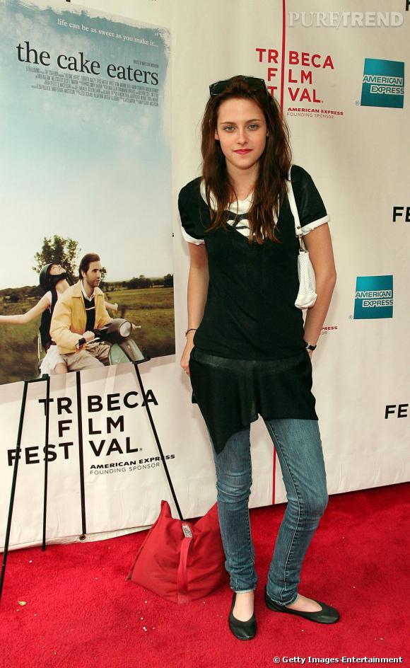 L'actrice en jean et longue tunique. Jamais aujourd'hui elle ne porterait ce genre d'ensemble.