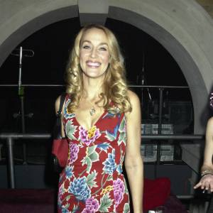 Jerry Hall il y a plusieurs années, magnifiquement dessinée dans une robe rouge aux motifs à fleurs, typique des 80's.