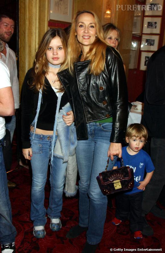 Jerry Hall et sa fille Georgia May Jagger, toutes deux en jean bleu et veste noire.
