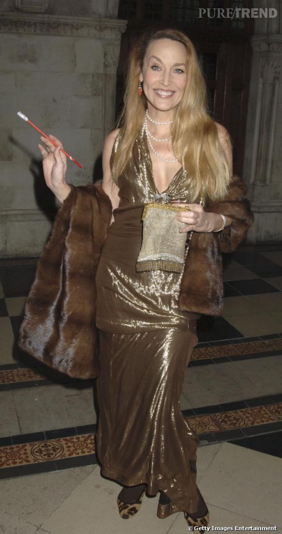 La longue étole a longtemps été l'accessoire fétiche de Jerry, pour un look élégant très first lady.