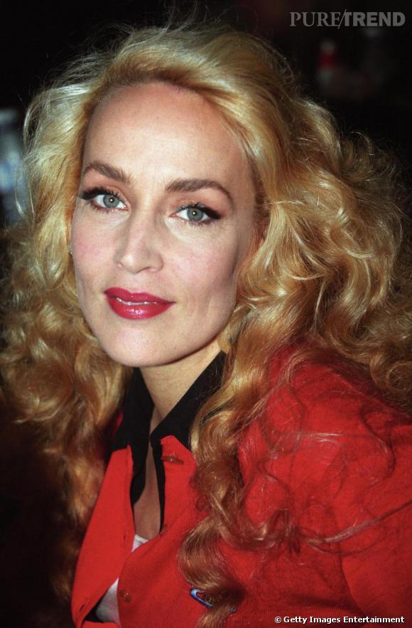 De longs cheveux blonds, un regard bleu, un teint de porcelaine et une bouche rouge cerise. Jerry Hall est une icône de beauté.