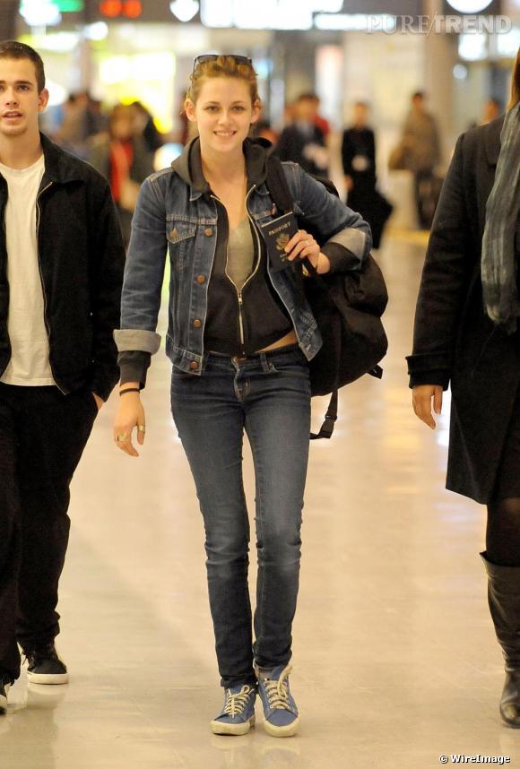 Tennis + jean + lunettes (sur la tête dommage) : Kristen Stewart opte pour une tenue confort, sans chichis mais pas pour autant trop décontractée.