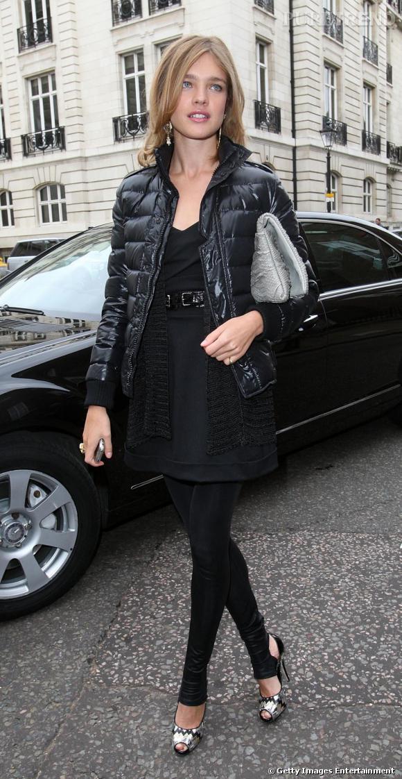 Natalia Vodianova mixe les genres : une petite robe chic et des talons argentés, avec une mini doudoune cirée façon casual.