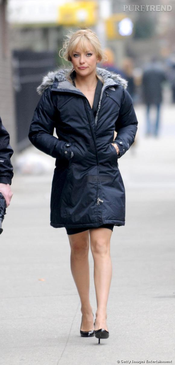 Kate Hudson a choisi une doudoune cintrée à capuche en fourrure qui, tout en la réchauffant, lui permet de laisser sa silhouette fine apparente.