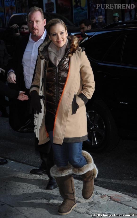 La superbe Jessica Alba dans une doudoune marron Moncler. Visiblement frileuse, elle porte un manteau par-dessus !