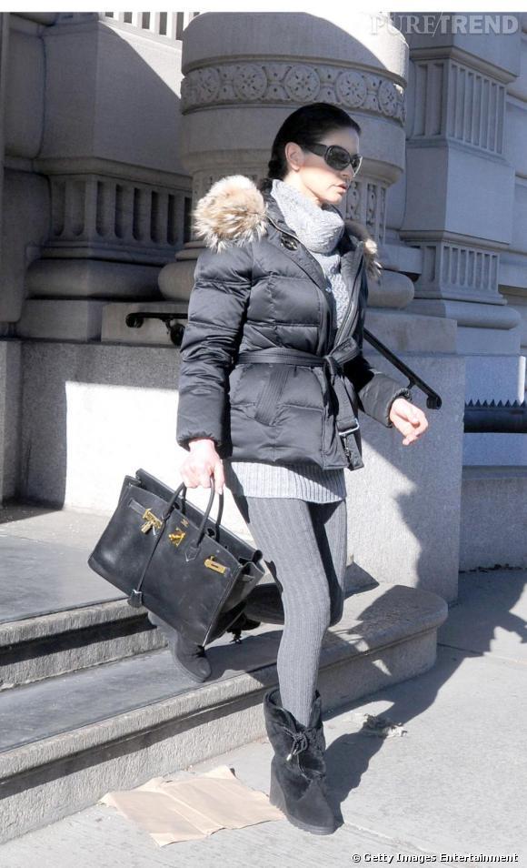 Toujours très sophistiquée, Catherine démontre que la doudoune peut être aussi alliée de nos tenues les plus féminines. Legging + robe pull + bottes compensées, elle a tout bon.