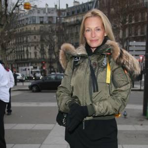 Doudoune courte kaki + mini robe + bottes : Estelle Lefébure sexyse le manteau matelassé sans accrocs.