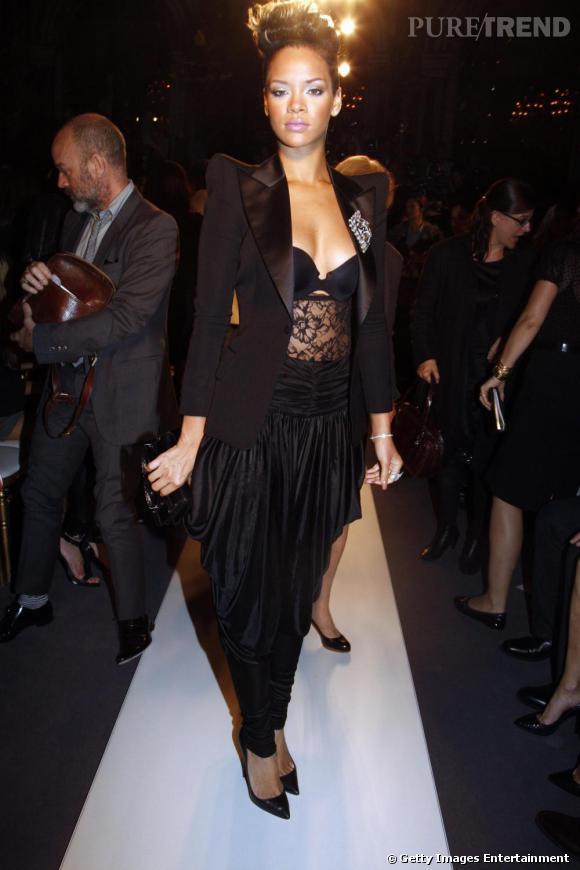 Toujours plus dénudée, Rihanna affiche sa lingerie sans problème, sous une veste ouverte. Etonnant.