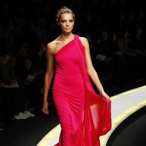 Silhouette élancée et svelte, lors d'un défilé pour Versace.