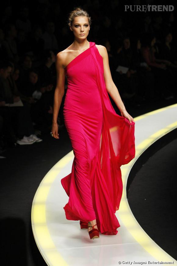 Silhouette élancée et svelte, lors d'un défilé pour  Versace .