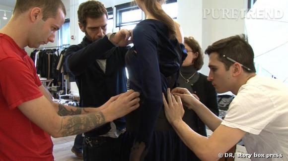 Lazaro Hernandez et Jack McCollough, le duo créateur de Proenza Schouler, finalise une robe avant leur défilé.