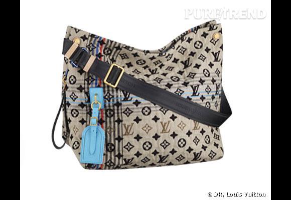 """Sac Louis Vuitton       La femme Louis Vuitton de l'été 2010 est une baroudeuse chic qui ne sort pas sans sa besace """"monogramée"""". Le """"Bohemian Monogram Cheche"""" existe en doublure rose et bleu.       Prix :  1550€"""