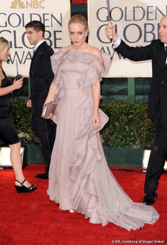 """Chloë Sevigny    D'humeur romantique sur le red carpet, Chloë associe une robe de princesse volantée rose poudré à une pochette """"Cerniera"""" en satin."""