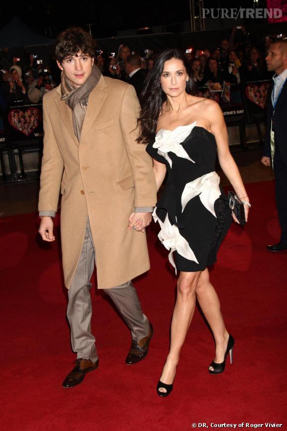 """Demi Moore    Demi se lâche avec une robe aux volumes impressionnants, mais mise sur les valeurs sûres côté accessoires, avec une pochette """"Pilgrim"""" noire ornée d'une boucle en strass de chez Roger Vivier."""