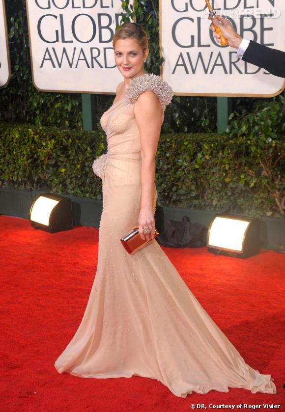 """Drew Barrymore    Drew a choisi la pochette """"Boîte de Nuit"""" en python champagne pour briller de mille feux sur le tapis rouge des Golden Globes."""
