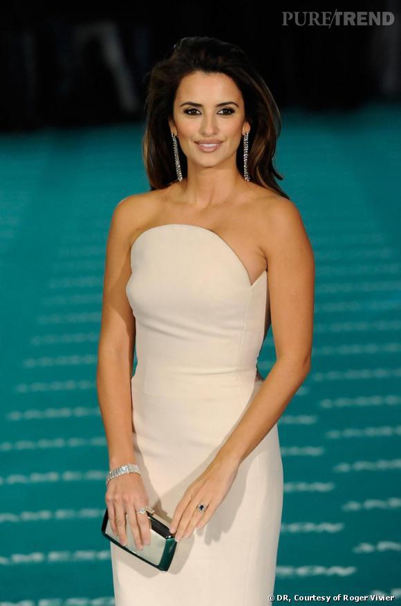 """Penelope Cruz    L'actrice espagnole a craqué pour une pochette """"Boîte de Nuit"""" en satin champagne et acier lors des Goya Cinema Awards 2010."""