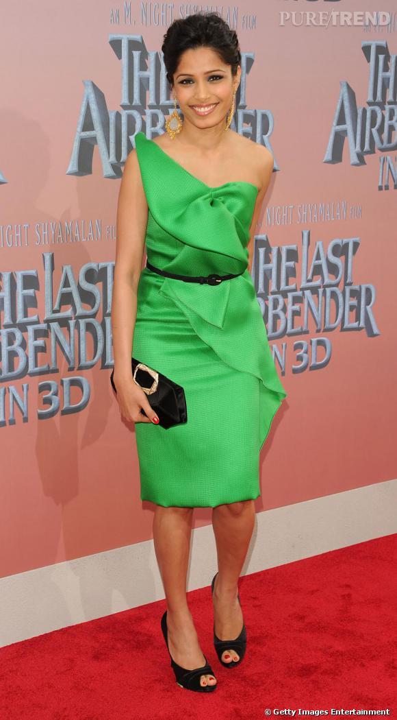 Freida Pinto   L'actrice de  Miral  rehausse le vert de sa robe avec une pointe de noir, elle jette son dévolu sur une pochette et des escarpins Roger Vivier.