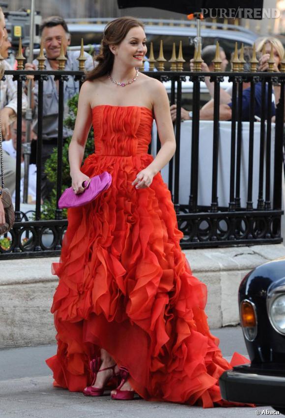 Leighton Meester     Sur le tournage de Gossip Girl, Leighton Meester revêt une robe Oscar de la Renta qu'elle accessoirise d'une pochette violette Roger Vivier.