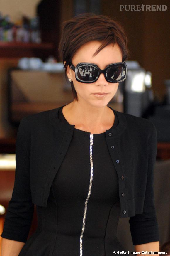 """""""Jamais sans mes lunettes de soleil"""". Tel doit être le principe de Victoria avant de sortir de chez elle. Et elle les aime XXL. Peut-être croit-elle passer inaperçue ainsi ?"""