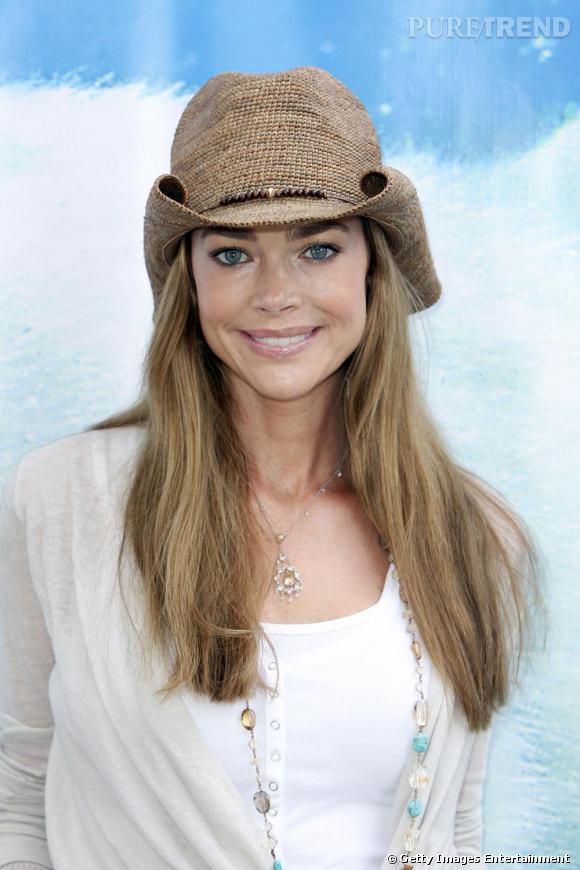 Denise Richards joue les cowgirls, chapeau sur la tête.