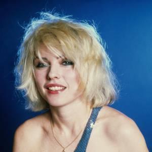 La cultissime Debbie Harry porte son carré blond peroxydé et follement ébouriffé.