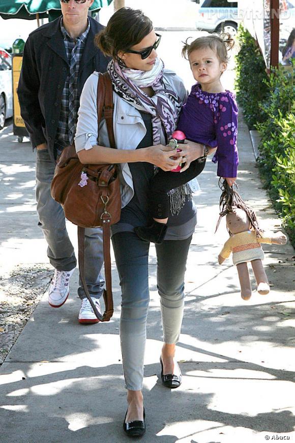 Pantalon dégradé, foulard et sac fourre-tout pour Jessica, toujours rock et féminine.