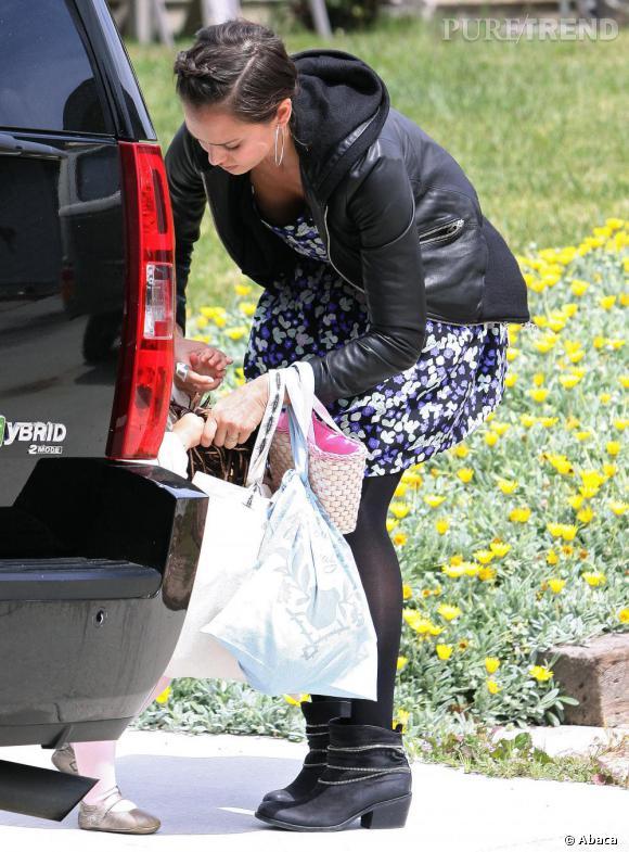 Petite robe fleurie et veste en cuir : Jessica Alba n'abandonne jamais son look rock.