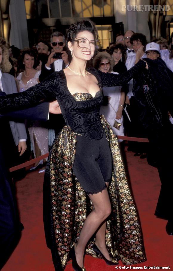 Avec des rideaux, Demi se fait une robe de soirée