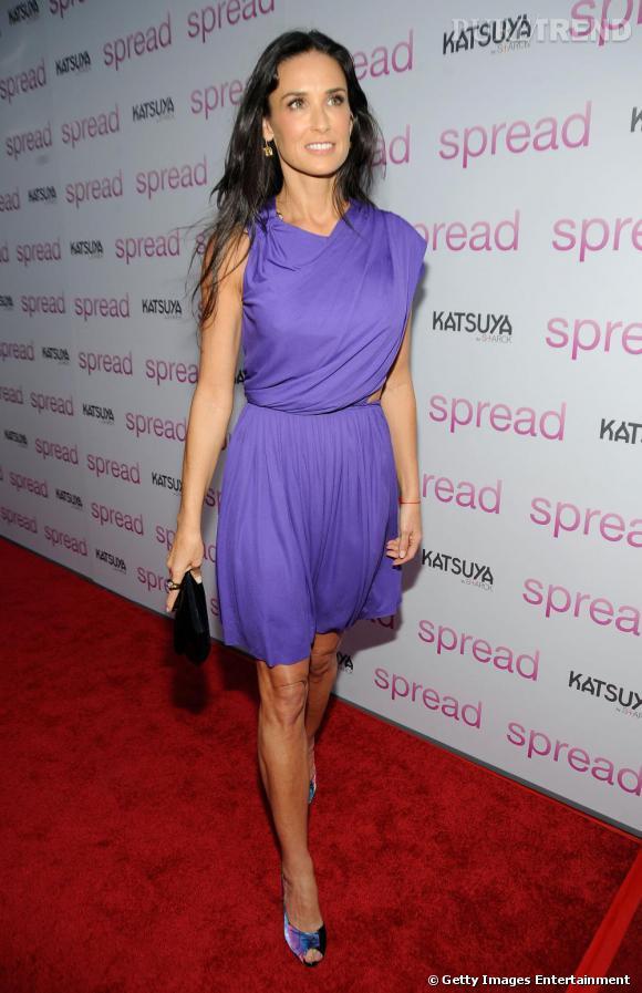 Demi Moore ravissante en robe parme