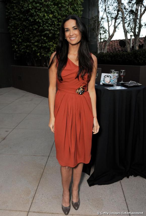 En robe terracotta, Demi est lumineuse