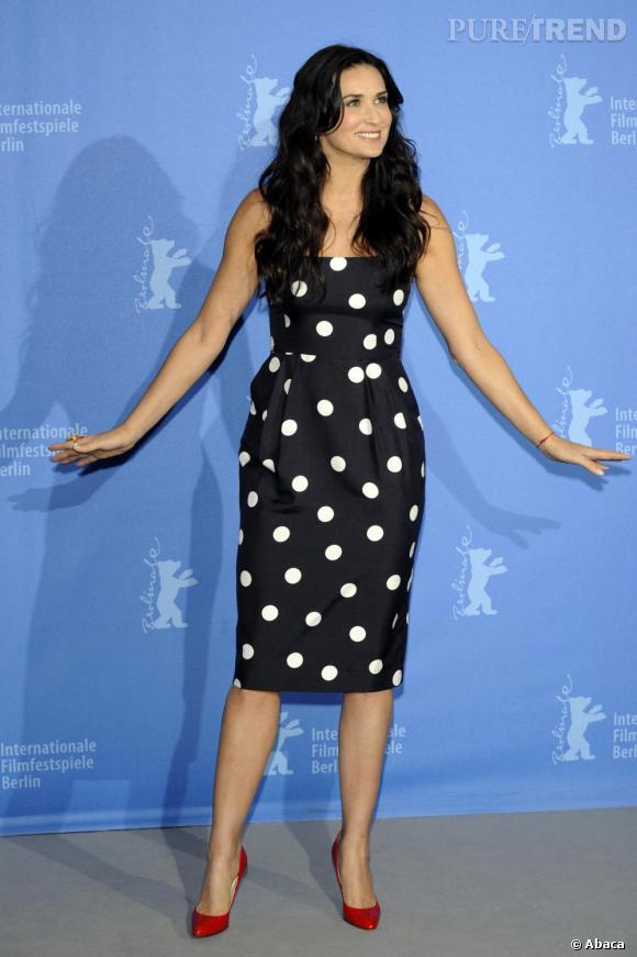 Demi Moore s'essaye à la robe à pois avec succès