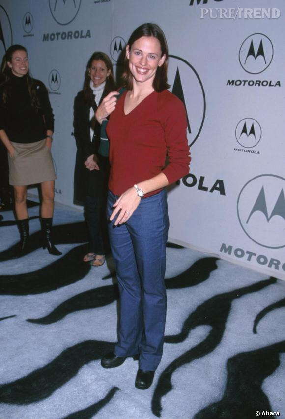 Fin 2000, Jen cultive une allure très casual voire sportive.