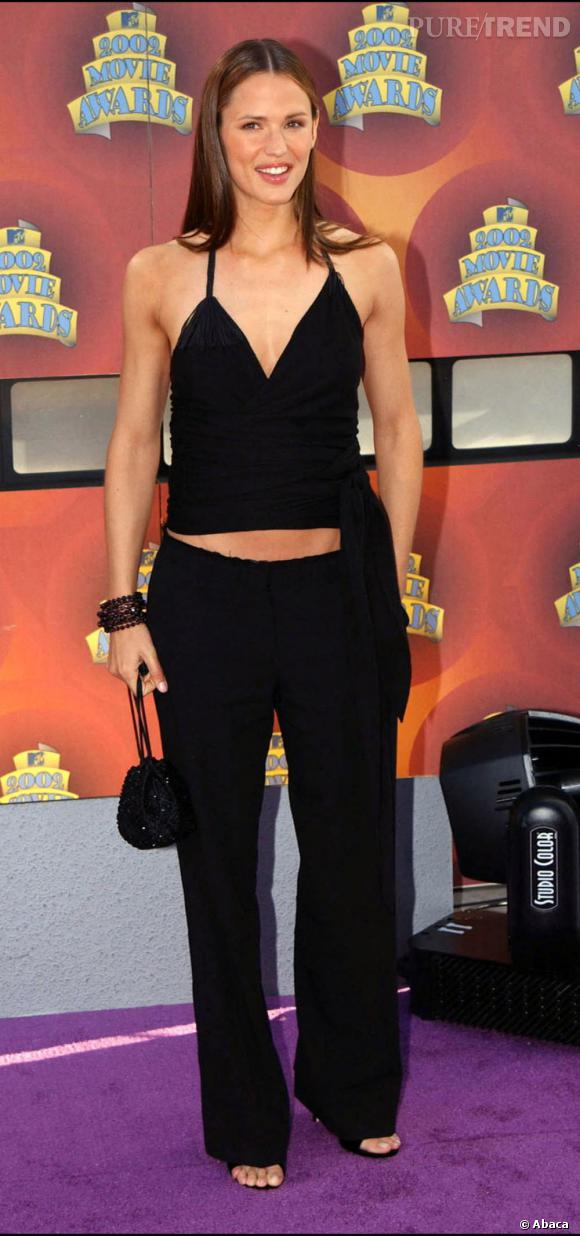 Début 2002 : Jennifer est toujours adepte des ensembles pantalons. L'effet n'est pas mal mais pas vraiment de circonstance pour un tapis rouge.