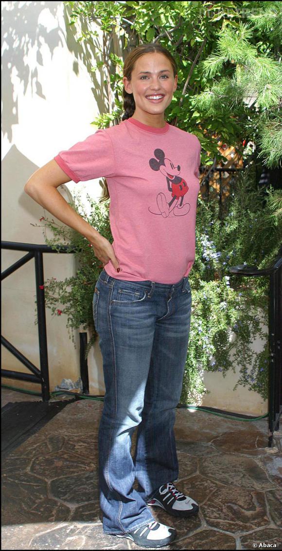 Tresse dans les cheveux, raie au milieu et t-shirt Mickey, Jen est retombée en enfance.