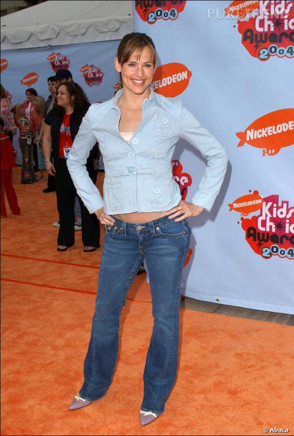 2004 : Jennifer montre son nombril en total look jean. Pas très élégant.
