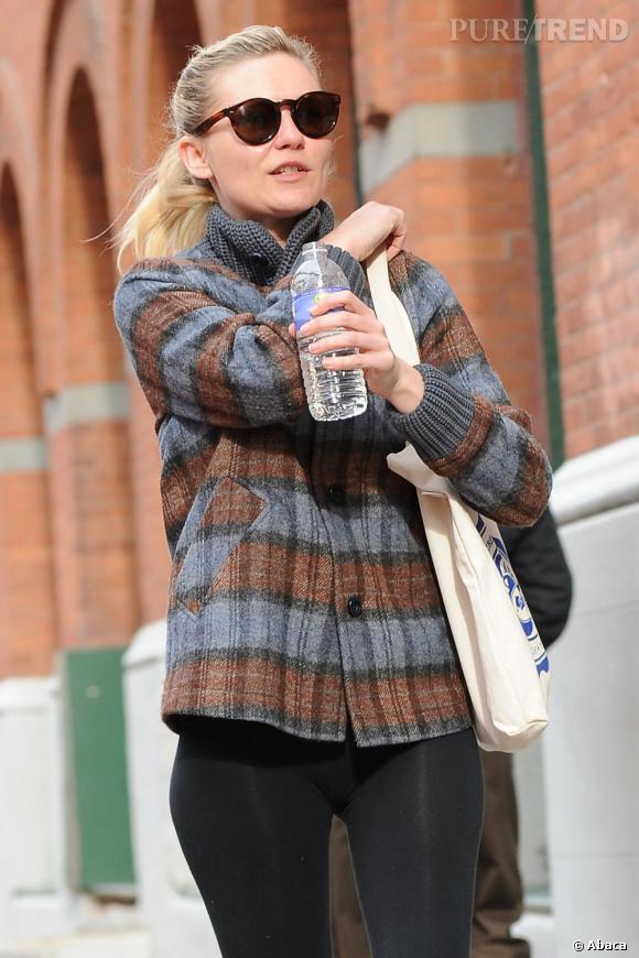 Les tote bag.    Adepte du look casual rock, Kirsten Dunst raffole de tote bag. Alors que de nombreuses stars arpentent les rues de New York armées de sacs griffés, la comédienne préfère quant à elle arborer des sacs en tissus qu'elle se plaît à collectionner.