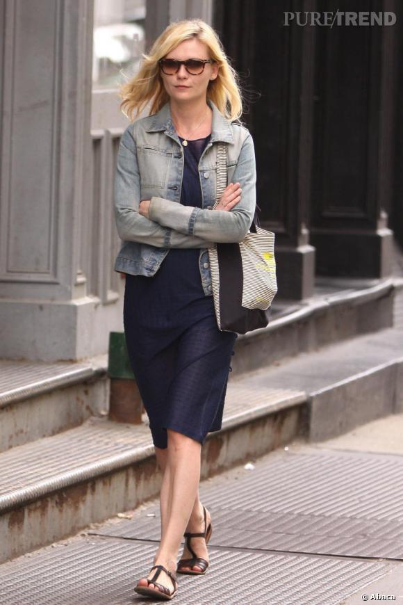 La veste en jean. Après un come back triomphant l'été dernier, la veste en jean est devenue le must-have de Kirsten Dunst qu'elle s'est empressée de ressortir de son dressing dès l'arrivée du printemps.